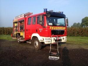 Sackkarren steht aufgeklappt vor einem Feuerwehrauto