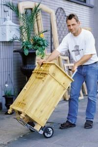 Mann tranportier mit der Wolfcraft Ts-600 ein Möbelstück