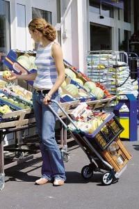 Sackkarre für Frauen beim Einkauf auf dem Markt