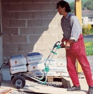 Sackkarre für die Baustelle mit der ein Bauarbeiter Zementsäcke transportiert.